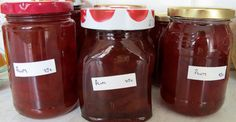Cómo esterilizar frascos para mermeladas: http://www.cocina.es/2014/07/21/como-esterilizar-frascos-para-mermeladas/