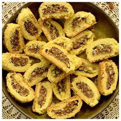 Νηστίσιμα Σητειακά μπισκότα φτιαγμένα με υλικά της φύσης. Υγιεινή επιλογή για μπισκότα με πλούσια γλυκιά γέμιση και τραγανή ζύμη. Πλούσια ζύμη λαδιού που μέσα της κλείνει σταφίδες, ξηρούς καρπούς και σουσάμι με τα αρώματα της κανέλας και του γαρύφαλλου.    ΜΕΡΙΔΕΣ: 70 Κ Greek Desserts, Greek Recipes, Vegan Vegetarian, Vegetarian Recipes, Greek Cookies, Greek Pastries, Biscotti, Cookie Recipes, Sweets