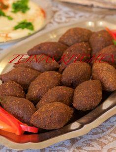 Köfte- Turkiska biffar med paprikasås och tarator - ZEINAS KITCHEN Chili, Sausage, Spaghetti, Beef, Food, Bulgur, Meat, Chili Powder, Chilis