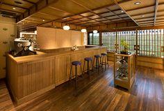 こちらがカフェスペースです。 カウンター席が4席あります。天井が低くライトも間接照明で温かみがあります。ゆったりとコーヒーが飲めそうですね。「カフェ キツネ(CAFÉ KITSUNÉ)
