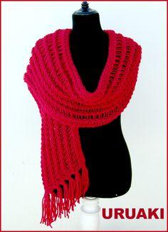 Larga y cálida bufanda roja de URUAKI.  La tienes en:  http://wp.me/p2FVSn-ab