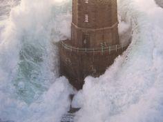 Hoewel vuurtorens door moderne techniek overbodig raken, zijn ze nog steeds een prachtig monument van houvast in moeilijke omstandigheden en menselijke vindingrijkheid. Veel staan vandaag de dag nog steeds fier overeind, terwijl de zee een eindeloze strijd voert om ze op een dag te kunnen claimen. Deze 29 foto's zijn een eerbetoon aan deze machtige bouwwerken.