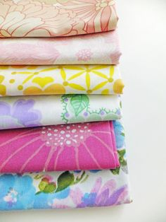 A lovely vintage fat quarter fabric bundle in a rainbow of colours - 6 beautiful retro florals and patterns. This bundle contains 6 fat quarters