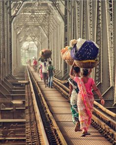 Migrant workers. World Cultures, Countries Of The World, Migrant Worker, Bhutan, Mother India, India Colors, Indian Photography, Travel Photography, Amazing India