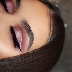 "Tried to do a halo cutcrease. ✨ Eyeshadows: @makeupgeekcosmetics White Lies, Crème Brulee, Tuscan Sun, Frappe, Cherry Cola. Glitter: @sigmabeauty ""Stellar"" glitter. Liner: @frankierosecosmetics Gel Eyeliner. Brows: @anastasiabeverlyhills Dipbrow in Ebony. Lashes: @ritzyco ""Royalty"" lashes."