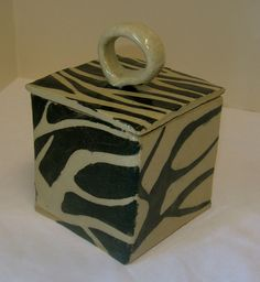 Take a slab of clay, Not too much! Hand Built Pottery, Slab Pottery, Ceramic Pottery, Pottery Wheel, Ceramic Boxes, Ceramic Clay, Ceramics Projects, Clay Projects, Ceramics Ideas