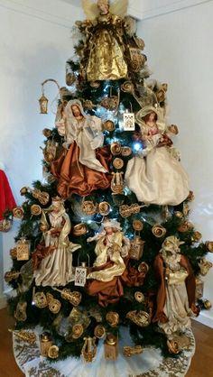 Árvore de natal decorada com presépio e rosas com cascas de laranjas = Castorina Srna