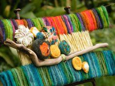 Click para agrandar las imagenes Yarn Painting, Textiles, Weaving Techniques, Straw Bag, Embellishments, Diy And Crafts, Applique, Wall Art, Weave