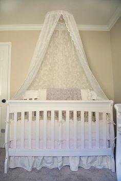 Couchette avec un ciel de lit en dentelle