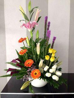 . Deco Floral, Floral Design, Cottage Garden Design, Altar Decorations, Cascade Bouquet, Church Flowers, Mom Day, Cut Flowers, Ikebana