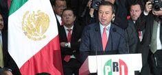 César Camacho Quiroz, presidente nacional del PRI, anunció que su partido propondrá en una consulta popular la eliminación de 100 diputados federales y 32 senadores plurinominales