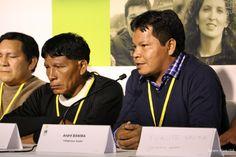 """André Baniwa, vindo do Rio Içana, no noroeste amazônico, foi o primeiro a falar: """"Os Estados Nacionais já levam mais de 20 anos discutindo o problema da questão climática, um problema que aponta o fim do planeta, mas não encontram solução. E os povos indígenas conhecem e entendem que sua relação com a natureza é de respeito. Milenarmente os povos indígenas estão trabalhando para o bem-viver. O mundo inteiro precisa aprender""""."""