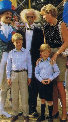 Diana with William and Harry. Princess Diana loved to share her smile with every body, not only her Royal family, I really respect this princess. Princess Diana Family, Royal Princess, Prince And Princess, Princess Charlotte, Princess Of Wales, Diana Son, Lady Diana Spencer, Prince William And Harry, Prince Charles