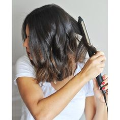 How to get the best beachy waves for short hair. Jessica of My Style Vita shares her beachy waves hair tutorial with essential products.