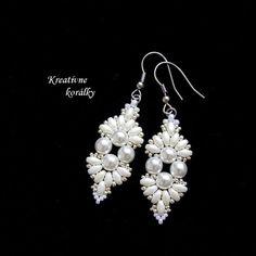 Kreatívne korálky - predávame originálne lacné šperky, bižutériu a darčeky pre ženy. Handmade, ručná výroba, náušnice, náramky, náhrdelníky, prívesky, retiazky, brošne, čelenky, aplikácie na šaty a iné šperky a darčeky. Naša bižutéria, šperky a darčeky z korálok sa nazývajú aj šité šperky. Na výrobu používame aj techniku Bead Embroidery - korálková výšivka.