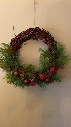 Clear Epoxy Resin, Wreath Crafts, Wreaths For Front Door, Pine Cones, Christmas Wreaths, Holiday Decor, Diy, Decor Ideas, Vintage
