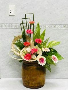 Ikebana Flower Arrangement, Modern Flower Arrangements, Flower Chart, Art Floral, Bongs, Floral Designs, Table Centerpieces, Beautiful Flowers, Wedding Flowers