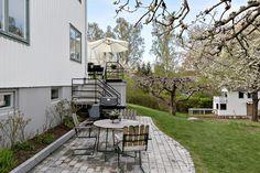 Bedårande klassisk 2-plans Ängbyvilla med 3 sovrum & wc på övre plan, stort sällskapsrum med utgång till altan samt kök på entréplan och inredd nedre plan med en lyxig badrumslounge. Underbart, lugnt läge och en friköpt barnvänlig soltomt. Villan ligger nära skolan, Kyrksjön, Ängby Torg och Ängby IP. Promenadavstånd till T-bana. Bergvärme.