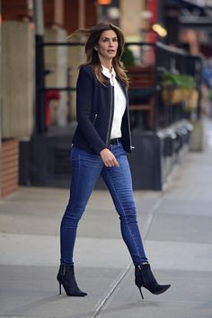Cindy Crawford in Tight Jeans - Leaving Her Hotel in New York City - Oct. Cindy Crawford Style, Outfits, Clothes and Latest Photos. Casual Chic Outfits, Casual Chic Style, 50 Style, Chic Chic, Fashion Mode, Fashion Outfits, Womens Fashion, Fashion Trends, Looks Camisa Jeans