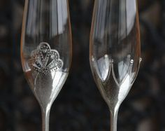 Item details: Pair of champagne flutes, hand decorated with an original design.  Dimensions: h=265mm d=75mm  Capacity: 170ml.  Personalization: Names and date may be hand engraved or painted with gold or silver to customize the flutes to your occasion. Please be aware that once the glasses are personalized, they can not be returned or refunded.  Production time: This item takes between 3-5 business days to be manufactured. If you need to speed up production time, please contact me. ...
