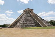 """Het machtige rijk van de Azteken is vaak het eerste waar mensen aan denken als ze het over Mexico hebben. Het roept beelden op van enorme piramides, fel gekleurde kostuums en een dapper volk dat hard heeft gevochten tegen de verovering van de Spanjaarden. Toeristen die tegenwoordig Mexico Stad bezoeken vinden het fantastisch om de overblijfselen te zien van de prachtige Azteken hoofdstad, Tenochtitlan. Het woord """"Mexico"""" stamt af van de andere naam voor de Azteken, namelijk Mexicas…"""