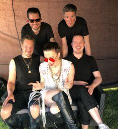 Oon tosi herkkä kutiamaan ja tässä mun rakas bändi asian kimpussa. Meillä oli ihanaa eilen @suomipopfest Oulu - kiitos! Illalla noustaan lavalle Joensuussa @ilosaarirock🔥 #kesärundi #parasta
