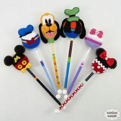 Ponteira de lápis ou caneta decorada com a turma do Mickey feitos em feltro bordado à mão. Serão enviados os seis personagens divididos pela quantidade de ponteiras. Quantidade mínima 24 unidades. Produto 100% artesanal. Felt Diy, Felt Crafts, Diy And Crafts, Crafts For Kids, Disney Pens, Mickey Love, Flower Pens, Disney Scrapbook Pages, Pencil Toppers