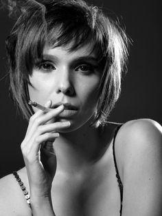 Débora Falabella smoking
