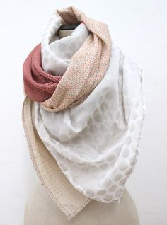 The fashion accessory scarf hyper trend! Make your own scarf ca . Women Accessories, Fashion Accessories, Square Scarf, Crochet Clothes, Refashion, Sewing Tutorials, How To Make, Blog, Deco