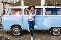 Fashion shoot met een Volkswagenbusje. Bus te huur bij DeVolkswagenbus.nl