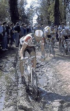 1988 Paris Roubaix -- Bob Roll (Bobke) in the muddy trench / ditch pushing hard Bicycle Race, Bike, 7 Eleven, Vintage Cycles, Cycling Art, Cool Bicycles, Champion, Racing, Black And White