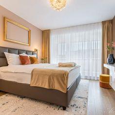 Dormitorul poate fi un loc greu de decorat, mai ales când vrem să avem tot timpul patul frumos. Există destul de multe opțiuni de așternut și atât de multe modalități de a aranja patul în fiecare dimineață cu pernuțe.