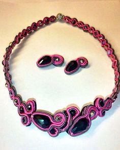 Conjunto de soutache de collar y pendientes a juego en negro, plata y rosa.