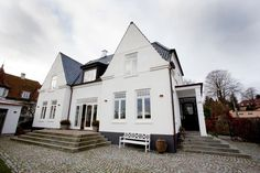 Mette Rokkedal, hendes mand og deres to børn boede i et lækkert nybygget hus. Men der manglede noget stemning, som de fandt i en patriciervilla i Østjylland.