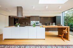 19-cozinha-grande-com-ilha-madeira-e-cinza