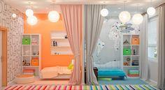 peinture orange, poster mural XXL, rideaux assortis, tapis rayés multicolores et suspensions boules