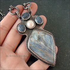 Strukova Elena - copyrights bijoux - Pendentif avec kyanite, corail et perles