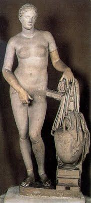 ** ESCULTURA ::: AFRODITA CNIDIA, h. 350 a.C. - En el Santuario de Cnido en Asia Menor. Constituye su obra más famosa al ser el primer desnudo de una diosa existente en el mundo griego. Según Plinio fue la imagen de culto más famosa de la Antigüedad, se situó dentro de un templete circular abierto. Aparece sorprendida en el momento del baño sagrado. A partir de ésta se crean las conocidas VENUS PÚDICAS