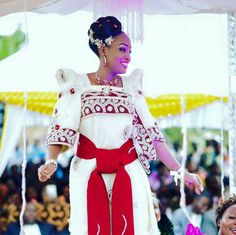 African Traditional Wear, Traditional Fashion, Traditional Dresses, Latest African Fashion Dresses, African Print Dresses, African Dress, African Beauty, African Women, Bridal Entourage
