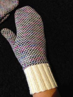 Ravelry: Tunna vantar pattern by Madeleine Bergh Knitted Mittens Pattern, Knit Mittens, Mitten Gloves, Knitting Patterns, Crochet Patterns, Diagram Chart, Knitting Accessories, Fingerless Gloves, Arm Warmers