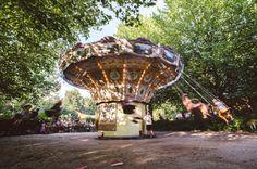 Kampeerterrein De Lievelinge is een soort 'festivalcamping' aan het water met originele caravans, pippowagens, campers, tenten, een vuurplaats en een heuze zweefmolen. Perfect voor een meerdaagse bruiloft. // Fotograaf: Dennis Bouman // Girls of honour