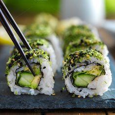 green kale veggie sushi Photos picking up a piece of green themed kale veggie sushi with cucumber and avocado. by rezart green kale veggie sushi Photos picking up a piece of green themed kale veggie sushi with cucumber and avocado. by rezart Veggie Sushi, Sushi Sushi, Veggie Dinner, Sushi Recipes, Vegetarian Recipes, Healthy Recipes, Healthy Food, Sushi Torte, Gastronomia