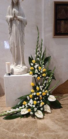 Altar Flowers, Church Flower Arrangements, Floral Arrangements, Deco Floral, Arte Floral, Ikebana Flower Arrangement, Blessed Mother, Flower Bouquet Wedding, Plant Decor