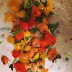 Zeker in de zomer zijn wraps heerlijk om te eten. Deze wraps zijn gemakkelijk om te maken, gezond en heerlijk! Benodigdheden (2 personen) 6 wraps naturel 200 gram garnalen 1 rode en 1 gele paprika 1 mango 50 gram rucola 100 ml magere yoghurt verse bieslook 1 limoen zout, peper, knoflookpoeder en kerriepoeder Bereidingswijze (+-…