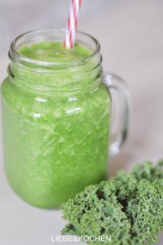 Die Smoothie-Phase hält an. So gut wie täglich gibt es bei uns dieses Jahr schon einen #Smoothie. Ob fruchtig-süß oder grün und frisch, mindestens einmal am Tag gibt es ein großes Glas davon. Wie wäre es heute mit einem Apfel-Grünkohl Smoothie?   LIEBE&KOCHEN   Foodblog   München