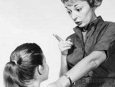 Las críticas excesivas de los padres mutilan el cerebro emocional de sus hijos |  La educación que recibimos en nuestra infancia y el tipo de relación que establecemos con nuestros padres deja profundas huellas. Su atención o desatención sus críticas o elogios determinan el estilo de apego que desarrollaremos y tiene un enorme impacto en la imagen que nos formamos de nosotros nuestra autoestima y la actitud que asumamos ante la vida.  Sin embargo todo parece indicar que las consecuencias de…