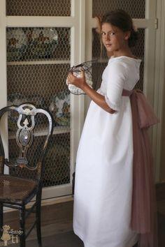 Vestido de Primera Comunión modelo Bolillos, en otomán blanco y con lazo rosa nudé cosido en los costados Maria Rose, Girls First Communion Dresses, N Girls, Bridesmaid Dresses, Wedding Dresses, Girl Fashion, White Dress, Flower Girl Dresses, Bridal