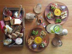 食材だけでなく、おしぼりもそっと豆皿に添えて…大切なお友達のとの昼下がりのおしゃべりも気兼ねなく盛り上がりますね。