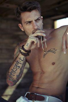 Man with script tattoo on arm men tattoo ideas μικρά τατουάζ Sick Tattoo, Tattoo On, Tattoo Script, Forearm Tattoo Men, Verse Tattoos, Tattoo Care, Rib Tattoos For Guys, Sexy Tattoos, Sleeve Tattoos