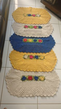 FEITO COM BARBANTES DE ALTA QUALIDADE Crochet Mat, Crochet Dollies, Crochet Table Runner, Crochet Home Decor, Beautiful Crochet, Handmade Rugs, Doilies, Hand Embroidery, Diy And Crafts